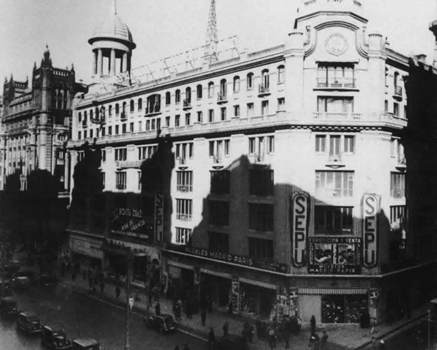 Gran VíA, Grandes Almacenes Madrid-ParíS. Fuente: diario El País. (Mediados de la década de los años 30 del siglo XX). Los Almacenes SEPU y el cine Madrid-París ya inaugurados.