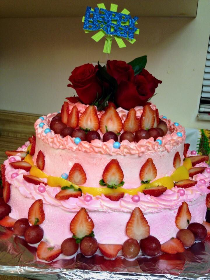 Dos Pisos Tres Leches Decorado Con Fruta Y Rosas Rojas