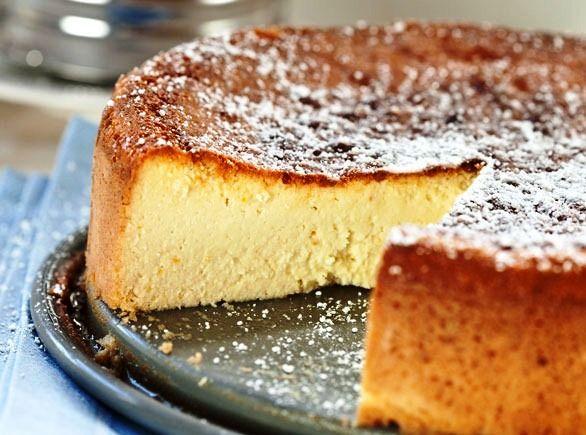 La torta di ricotta è un dolce estremamente gustoso che si prepara rapidamente unendo le uova sbattute allo zucchero, alla ricotta, alle mando...