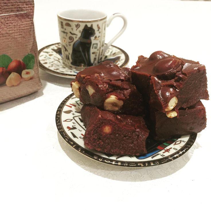 Этот десерт чем-то напоминает знакомый нам с детства Щербет. То есть это, конечно же, не брауни и шоколадные пирожные (муки то здесь нет). В то же время, кубики получаются рассыпчатыми и довольно сладкими — есть их лучше с молоком и маленькими кусочками. Отлично добавить в него крупные жаренные орехи: фундук, фисташки, арахис. А самое приятное,...