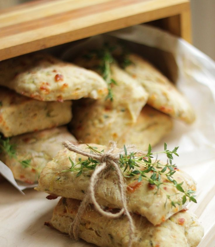 Saftige og sunde frokostbrød til madpakken - bagt med squash, ost og frisk timian.