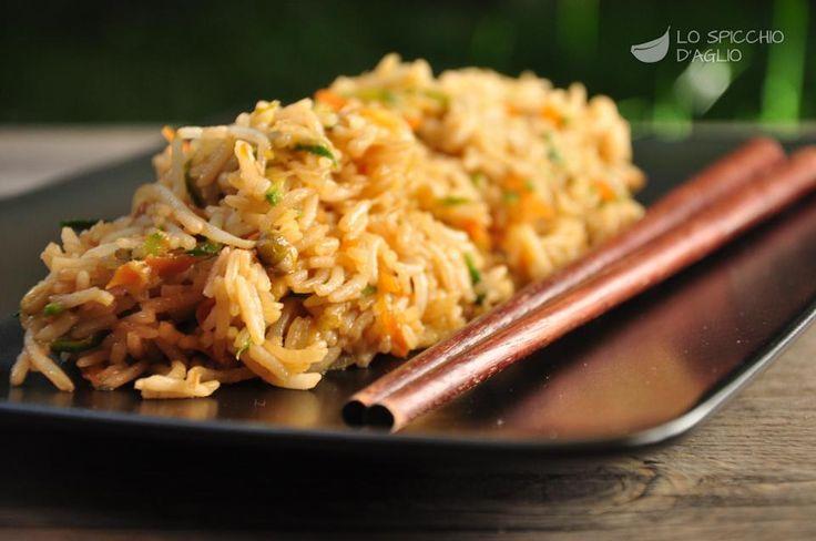 Il riso saltato con verdure alla soia è un piatto derivato dalla cucina orientale che prevede di saltare del riso cotto a vapore con verdure e salsa di soia. Utilizzato come contorno a piatti di carne o di pesce, io lo trovo ottimo anche come piatto unico, leggero e ricco di sapore.