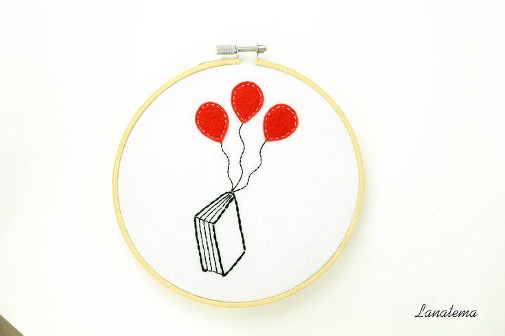 Libro telaio ricamato con palloncini rossi, amanti della lettura, arredamento casa, quadretto da appendere, libri e letture, fatto a mano di Lanatema su Etsy