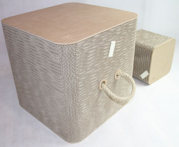 Bench chock ist eine Bank, die aus verschiedenartigen Bausteinen zusammengesetzt ist. Die Bausteine können unterschiedlich kombiniert werden; die Bank wird so zu einer modifizierbaren, skulpturalen Installation, die sowohl drinnen als auch draußen genutzt werden kann. So wie Kinder gern mit Bausteinen spielen, ermöglicht »Bench Chock« ein Spiel mit Arrangements und neue Anordnungen im Raum.