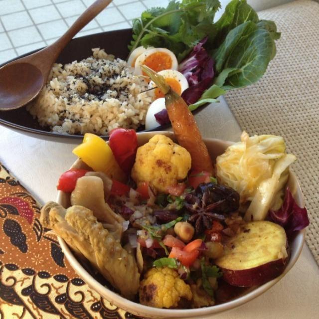 インドネシア料理のオポールアヤムがベース。鶏手羽、ニンニク生姜鷹の爪、玉葱、舞茸、薩摩芋、カリフラワー、パプリカ、キャベツ、ミックスビーンズ、紅棗(ナツメ)、枸杞(クコ)、トマト、パクチー。玄米に黒胡麻。 - 101件のもぐもぐ - 薬膳スープカレー by アズフラ