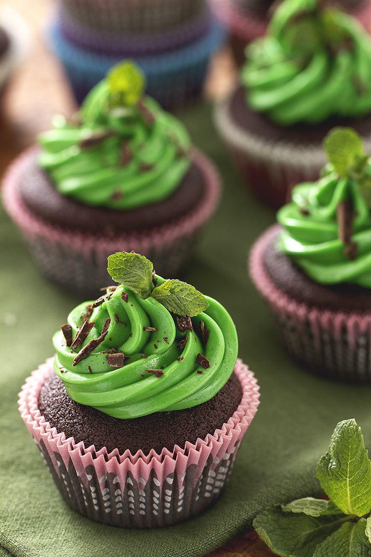 Festeggia San Patrizio con questi deliziosi #cupcake al #cioccolato fondente e #menta, profumati alla #Guinness (dark #chocolate, #mint and guinness cupcakes). #Giallozafferano #recipe #ricetta #StPatricksDay #SanPatrizio #green #beer #birra