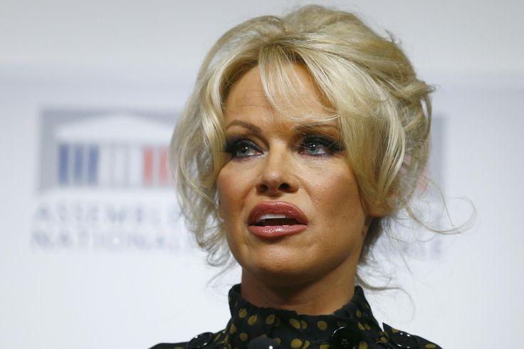NUEVA YORK (AP) — La ex modelo de la revista Playboy, Pamela Anderson, hizo…