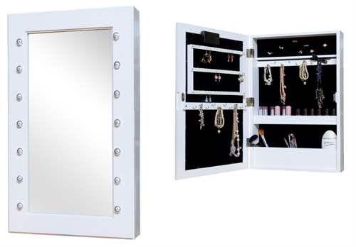 Väggspegel med smyckesförvaring från Jox är en praktiskt inredningsdetalj som passar bra i vilket rum som helst. Skåpets dörr har en spegel med LED-belysning och på insidan av skåpet finns krokar och utrymmen för att organisera alla dina smycken.