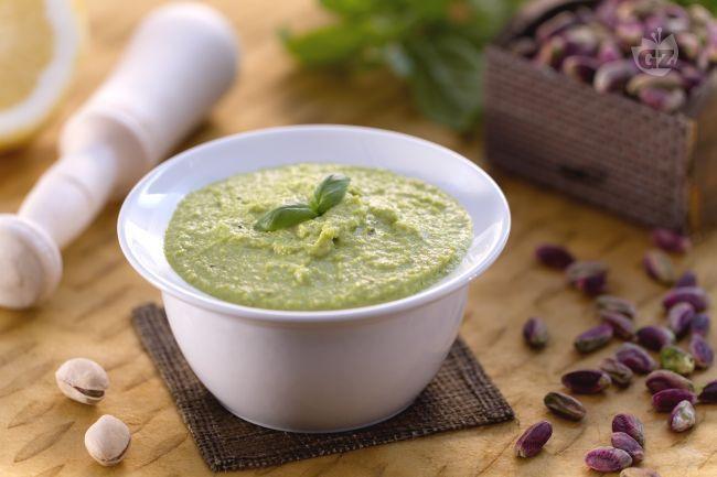 Il pesto di pistacchi è un saporito pesto dal gusto fresco e  aromatico ideale per condire la pasta o da gustare sui crostoni di pane.