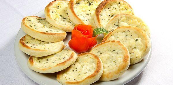 Aprenda a fazer o recheio da esfiha mais famosa do mundo. Como fazer recheio de queijo da esfiha do Habib's.
