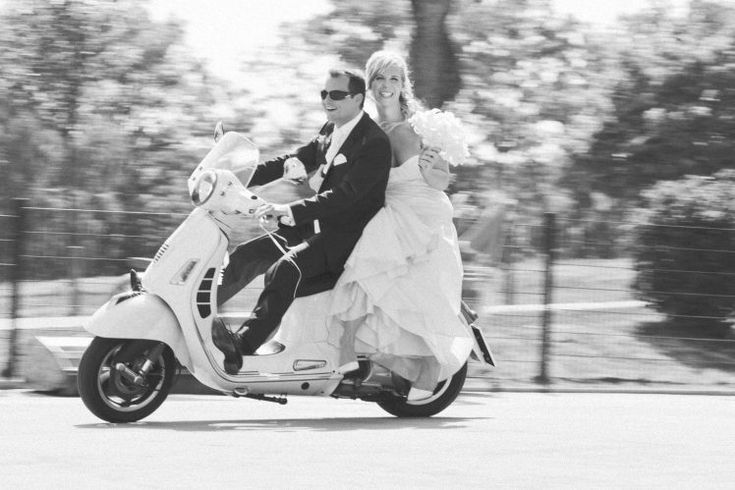 Schwarz-Weiß-Hochzeitsfotografie Vespa Bräutigam Braut