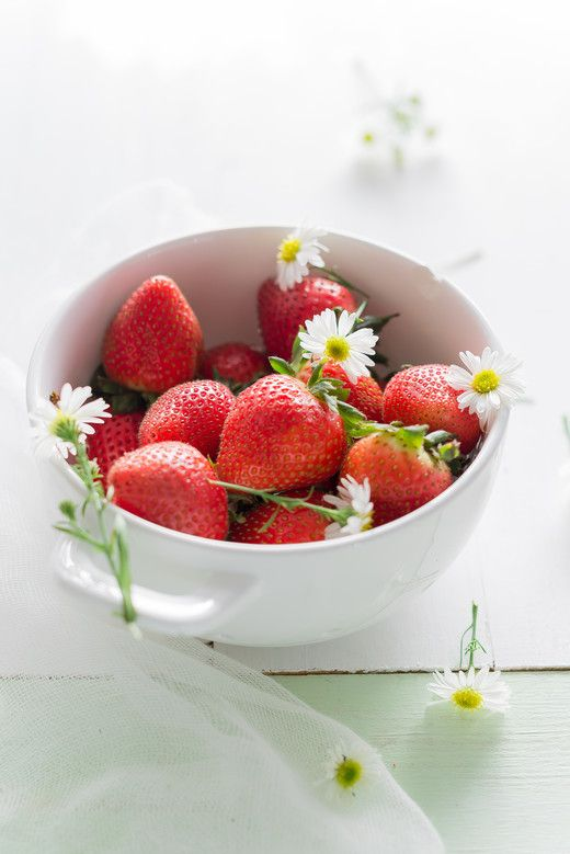Beautiful Food Photography: Organic Strawberries and Daises by Au Petit Gout