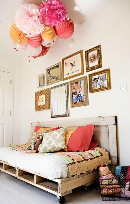 J'aime : l'assemblage de papiers colorés au plafond
