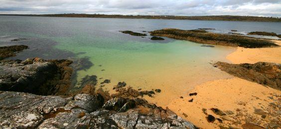 Una spettacolare spiaggia composta da microscopici coralli rosati. Da Galway, prima di proseguire verso il cuore del Connemara, vi segnaliamo una piccola ma splendida deviazione. Superata Salthill e Spiddal, seguendo la strada costiera, ci si avvicina al villaggio diCarraroe.