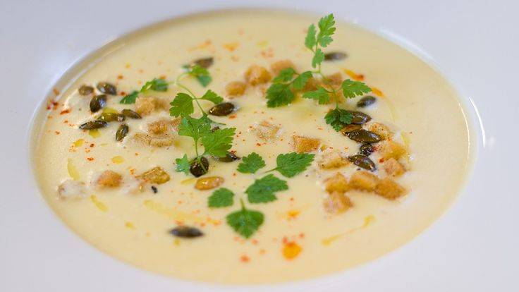 Kokken fra Gastronomisk Institutt, Andreas Myhrvold lager suppe som han smaker til med kajennepepper og sitron.