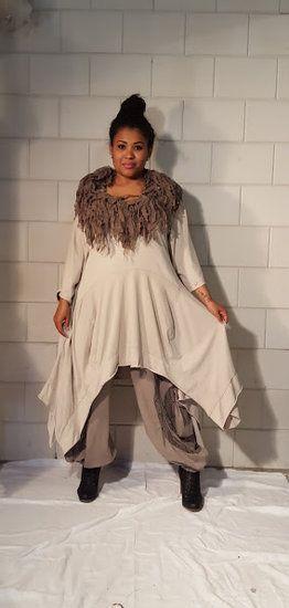 Geweldig, deze asymmetrische jurk met driekwart mouwtje. Het jurkje is een…