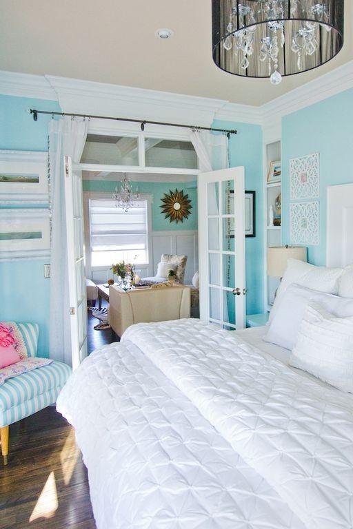 Dieses weiße getrimmt Hauptschlafzimmer Funktionen Robin Ei blaue Wände und Akzente, die den Raum lebendig.