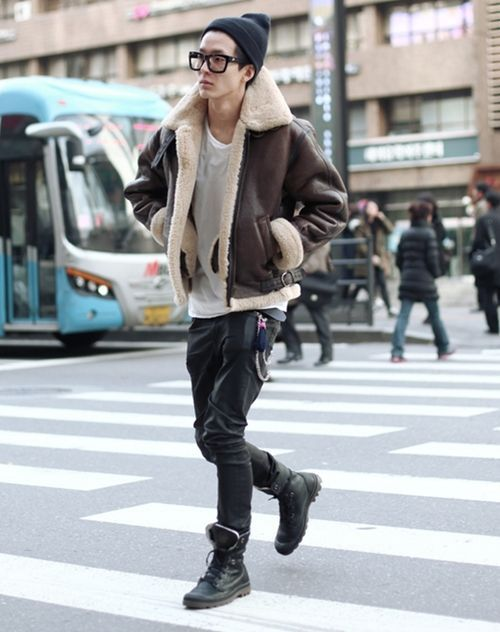 Jaqueta Masculina. Macho Moda - Blog de Moda Masculina: Jaqueta Masculina: 5 modelos que estão em alta pra 2017. Moda Masculina, Moda para Homens, Roupa de Homem, Moda Masculina Inverno 2017, Roupa de Homem Inverno, Jaqueta com Forro de Pelo, Jaqueta de Pelo Masculina, Óculos de Grau Preto, Touca Preta, Bota Masculina Preta
