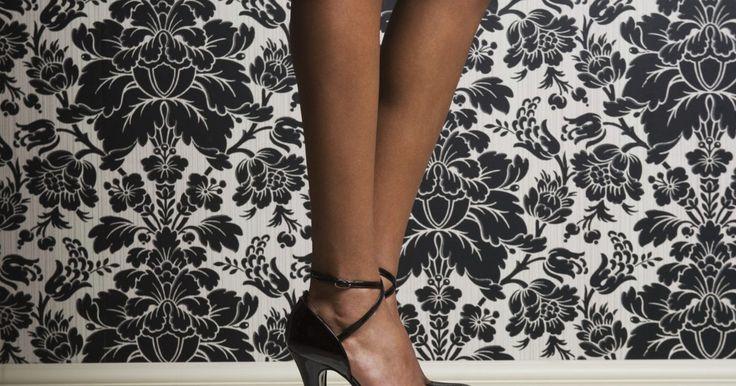 Cómo hacer zapatos de tacones altos a mano. Los zapatos de tacones altos han sido llevados históricamente como un símbolo de nobleza, riqueza y poder. El diminuto Rey Luis XIV de Francia calzó zapatos hechos a medida con tacones curvados de cinco pulgadas (12,5 cm), decorados con escenas de sus victorias militares. En los tiempos modernos, la mayoría de los tacones altos están hechos por ...