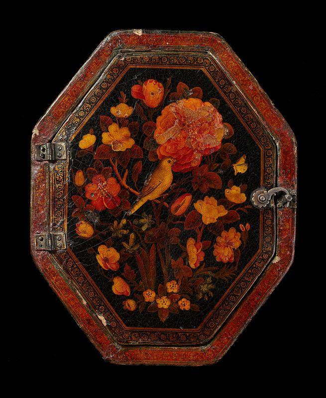 قاب آینه لاکی، قرن 18میلادی Spejletui af malet og lakeret papmaché Iran; 18. århundrede L: 20; B: 16; D: 1,7 cm Fra det 16. århundrede anvendte de samme iranske malere, som udførte miniaturer, også deres færdigheder på genstande som bogbind, penneæsker og forskellige etuier. For at beskytte malerierne blev disse brugsgenstande efterfølgende lakeret. Derved fik farverne i første omgang en dybere tone, men med tiden har malerierne ofte fået et gulligt skær i takt med lakkens nedbrydning.