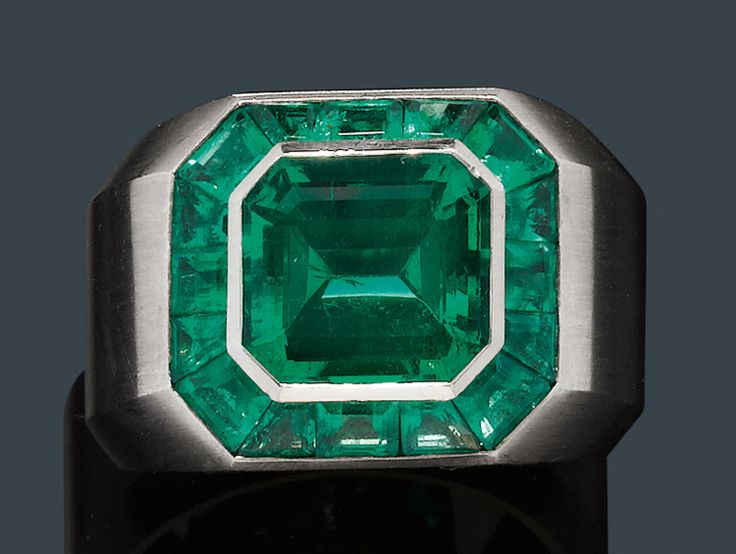 EMERALD RING, Hemmerle. Columbian emerald ca. 4.00 ct. 16 carrées ca. 2.00 ct.