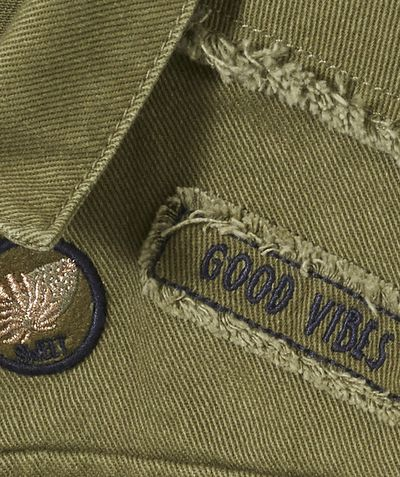 LA VESTE TREILLIS :                     Nouveauté ! Ce produit est au même prix du 2 au 14 ans. Une jolie veste treillis à adopter pour un look cool et stylé !            LA VESTE TREILLIS, col chemise, fermeture boutons pressions, 2 poches, 2 patchs, broderie au dos, finitions frangées.