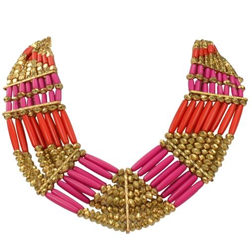 Deze rood/roze ketting met gouden kralen is 50 cm lang en kan op lengte afgesteld worden.