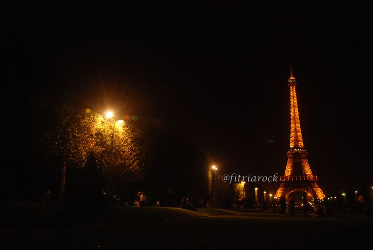 almost midnight looking the Eiffel Tower from Champ de Mars with a lot of alcool and souvenirs seller around. #eiffeltower #eiffel #champdemars #france #midnight