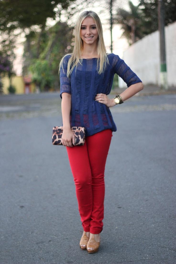 tricot-azul-calca-vermelha-bolsa-oncinha-sandalia-caramelo