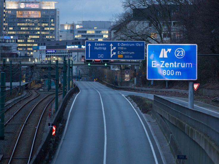 Die A40 dagegen war fast eine Stunde lang autofrei.  Die Autobahnpolizei sperrte die Autobahn zwischen dem Dreieck Essen-Ost und Essen-Holsterhausen. Rund um die Gefahrenzone in Holsterhausen bildeten sich am Dienstagabend lange Staus.