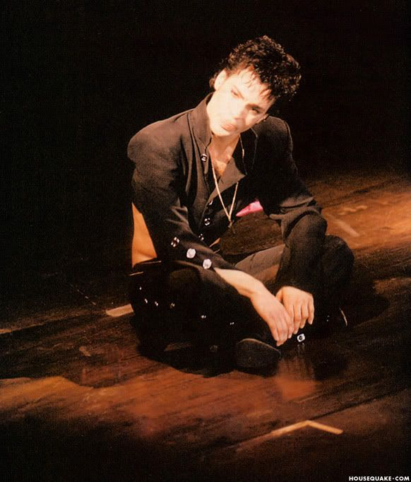 A little break - probably during Mountains performance...! Parade Hit & Run Tour '86