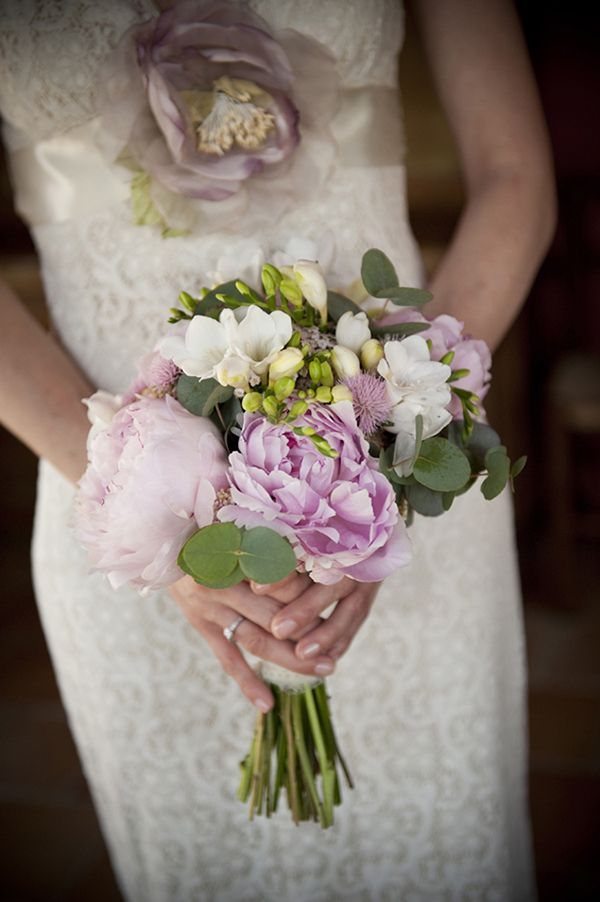 Un boutonniere y seis ramos de novias. | Tendencias de Bodas Magazine |