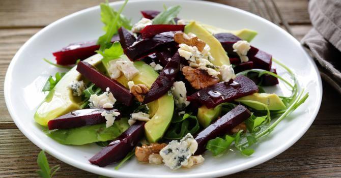 Recette de Salade hivernale d'avocat, betterave, roquefort et noix . Facile et rapide à réaliser, goûteuse et diététique.