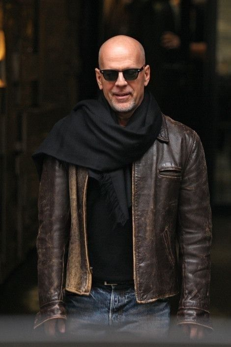 1ba2f84a8fac Bruce Willis en blouson cuir, lunettes de soleil et large écharpe  bald   beard  glasses  scarf  leather  jacket  leatherjacket  style  badboy   brucewillis ...