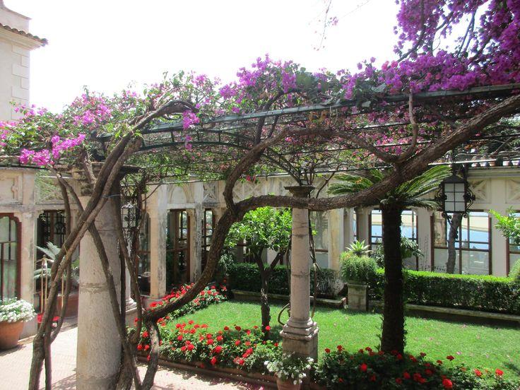 Květinová zahrada u restaurace v Taormině - Sicílie