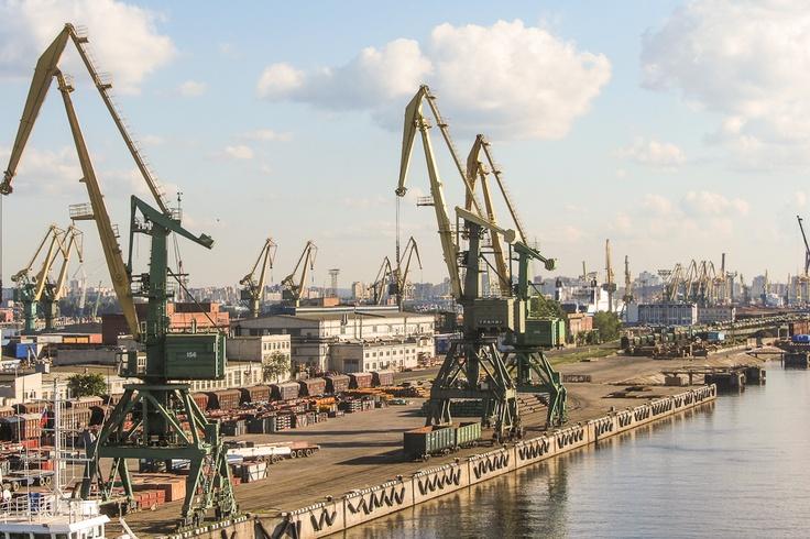 Pietarin satama-alue on valtava ja täynnä nostureita.