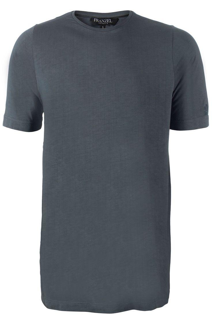 Groen/grijs extra lang T-shirt met ronde hals. Zeer soepel en aangenaam materiaal. Franzel Amsterdam staat langs de zijkant geborduurd.