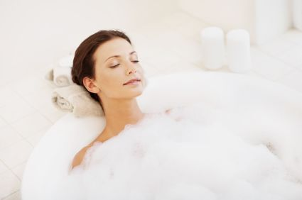 Baden - Ein Vollbad ist nicht nur entspannend, mit den richtigen Badezusätzen kann es auch effektiv dazu beitragen, Gliederschmerzen zu lindern und die Schleimlösung zu fördern. Mit Menthol-, Thymian- oder Eukalyptusöl wird Ihr Bad zum perfekten Erkältungsbad. Doch Vorsicht: Bei Fieber und/oder Kreislaufproblemen sollten Sie Ihren Körper nicht zusätzlich mit den hohen Temperaturen eines Vollbads belasten.