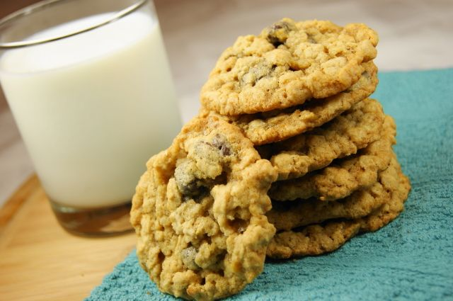 Oatmeal Raisinet Cookies ... a choclate-y twist on the traditional oatmeal cookie. www.thekitchenismyplayground.com #oatmeal #cookies #raisinets