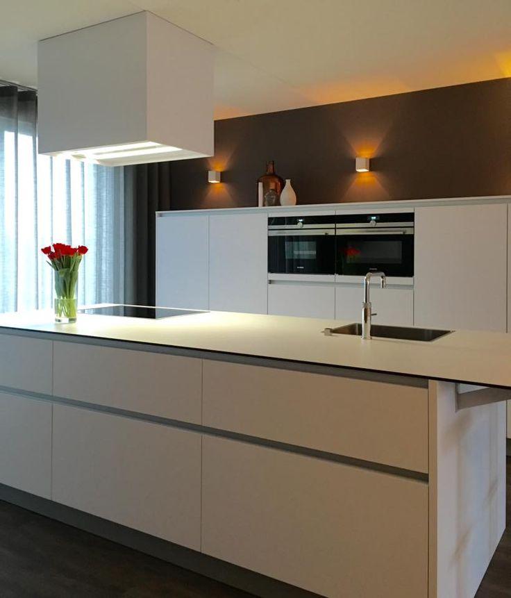 Referentie Wildhagen | Moderne greeploze keuken. Kookeiland met design afzuigkap. https://www.facebook.com/wildhagen.nl/posts/800277926743942 #designkeukens