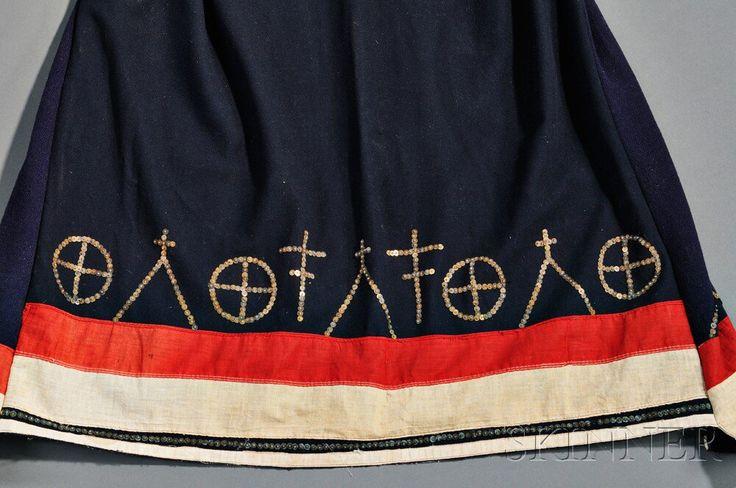 Платье, Сиу. Конец 19 века. Рукава и подол украшены кусочками американского флага. Коллекция Jerome Arbuckle, Нью Йорк. Приобретено в 1930 году от миссис Ред-Уинг, которая была первой актрисой  американских индейцев снявшейся в звуковой картине. ДА. Деталь.
