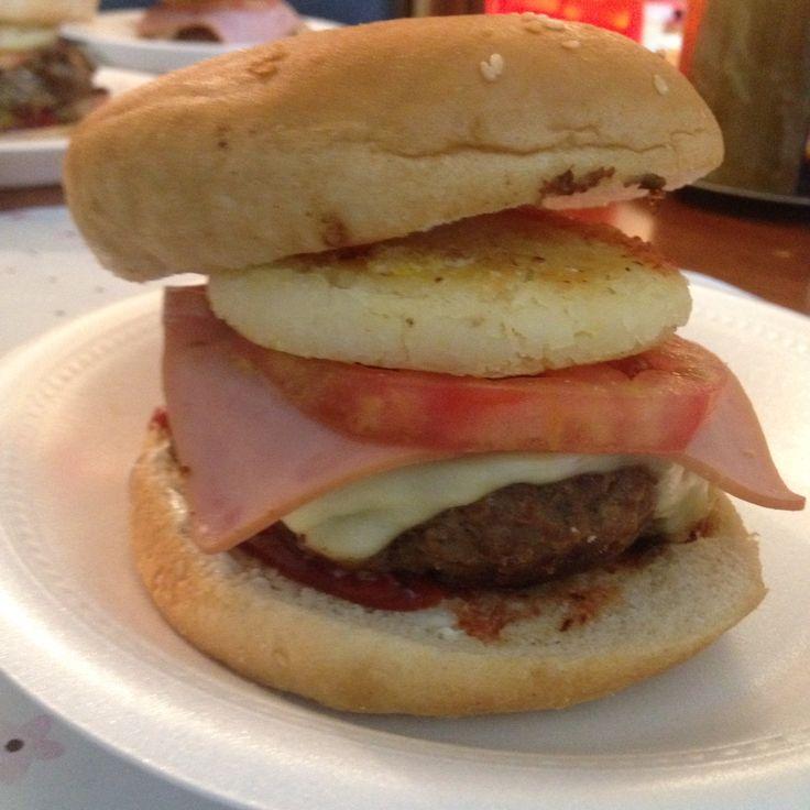 Hamburguesa de la casa, hecha por 'El Flaco'  y sí, con arepa incluida! #Burger   #Hamburguesa #ColombianFood #RecetaColombiana