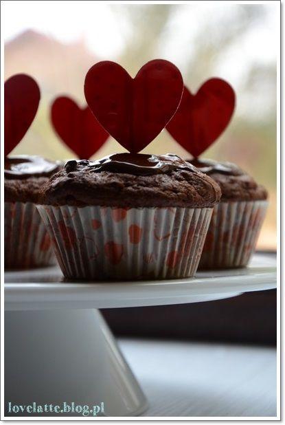 Potrójnie czekoladowe muffinki / triple chocolate muffins  przepis: http://lovelatte.blog.pl/2014/02/09/potrojnie-czekoladowe-walentynkowe-muffinki/