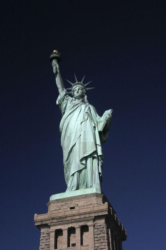 자유의 여신상(Statue of Liberty) - 프레데리크-오귀스트 바르톨디  미국의 독립을 기념하여 세워졌으며 미국을 상징할 뿐만 아니라 자유와 압제로부터의 해방 자체를 의미합니다. 사진 속 자유의 여신상이 당당히 서 있지만 실제로 가서 본다면 미국인들의 독립에 대한 승리감을 더 잘 느낄 수 있을 것 같습니다