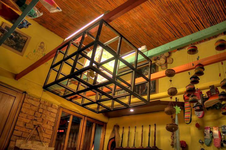 Detalles de la lámpara de cubo en el salón de Alicia