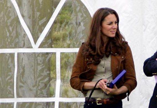 Kate Middleton in stivali da pioggia e giacchina in camoscio: un look da copiare!