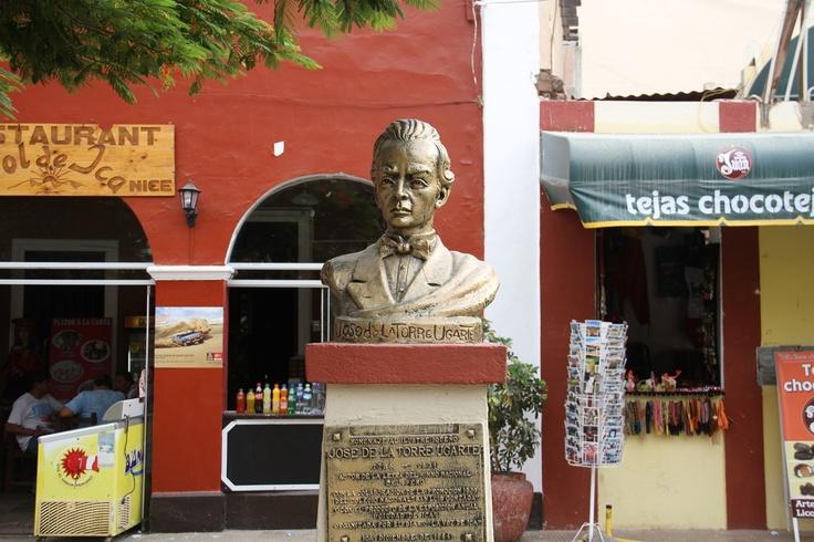 Estatua de José de la Torre Ugarte, iqueño creador de la letra del Himno Nacional del Perú.