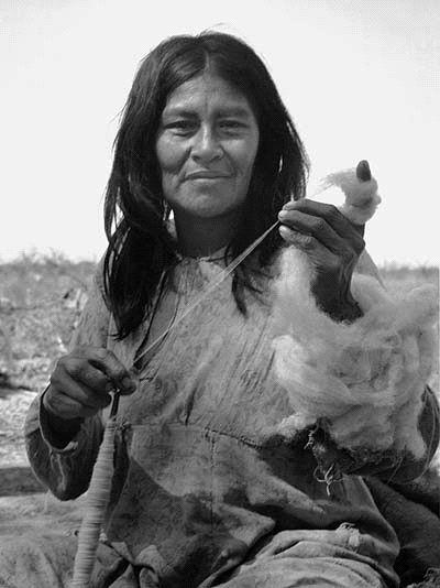 mujer aborigen hilando
