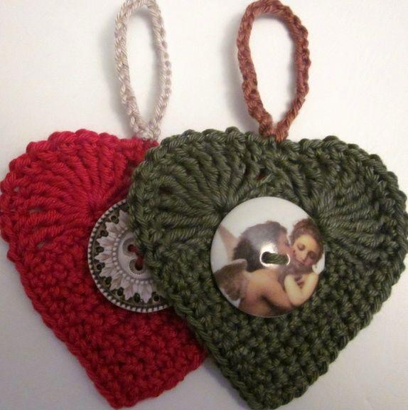 1 Sett - 2 hekla hjerter, i grønt og rødt.