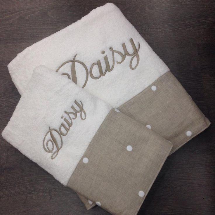 Hermosas toallas 100% algodón, con franjas de lino crudo. Bordadas con tu nombre o iniciales.